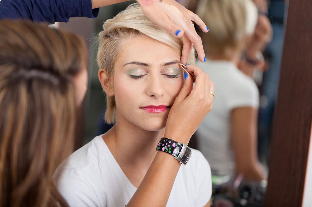 Junge Frau wird geschminkt Haarmoden-Langowski